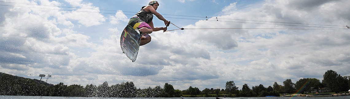 Wakeboarder in der Luft