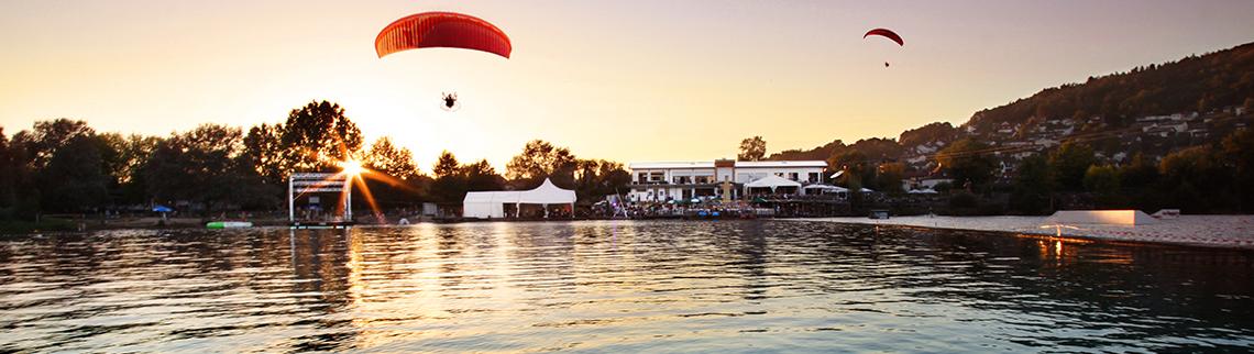 Seepark am Lichterfest mit Paraglidern