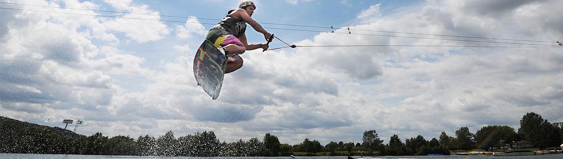 Wakeboarder in der Luft