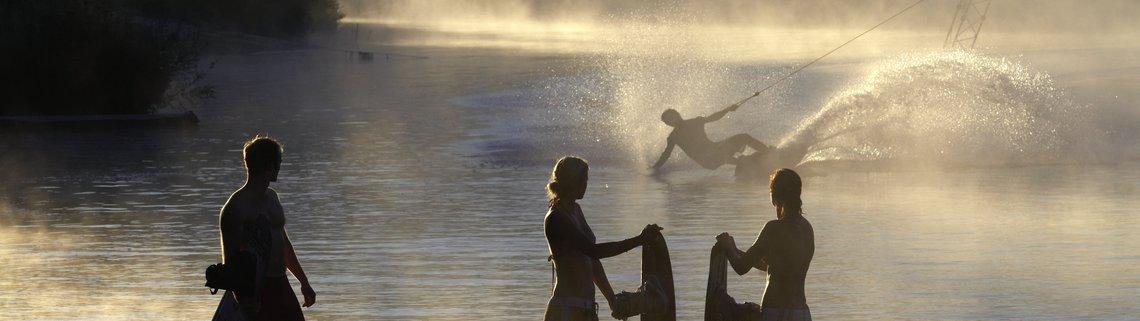 Wakeboarder im Nebel mit Freunden